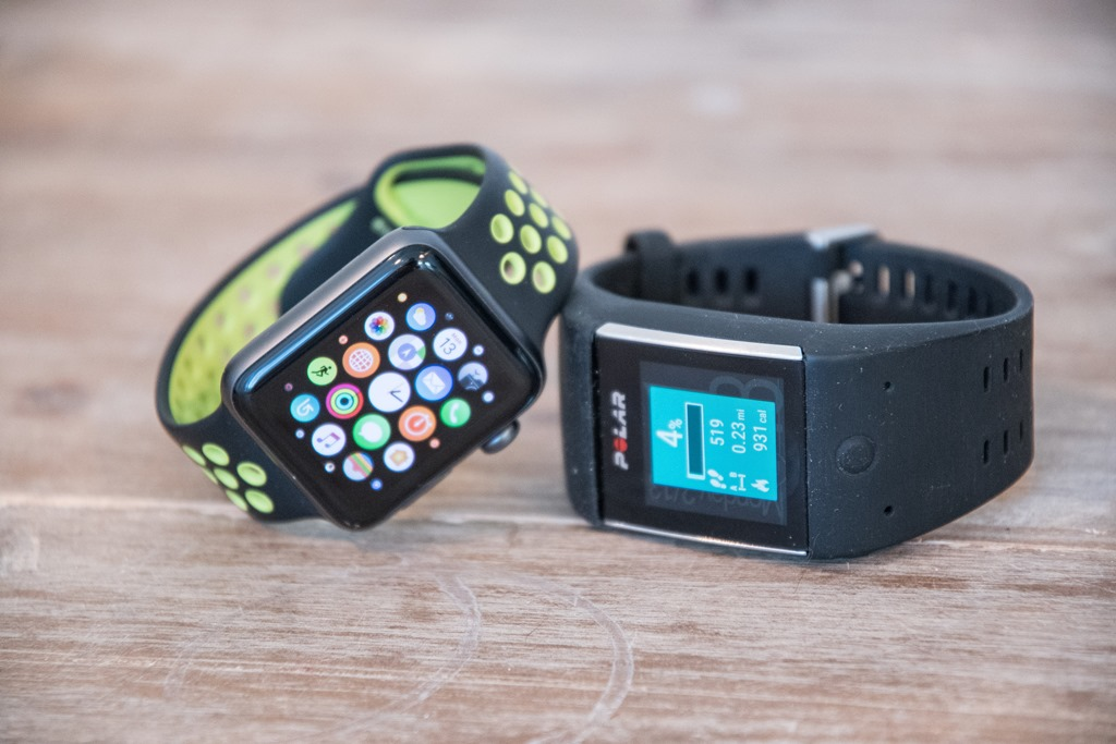 Если рассматривать часы apple watch series 2 или 3, то они отлично подойдут вам для купания в различных местах, таких как: бассейн; речка.