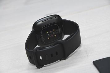 Fitbit-Versa3-Backofwatch